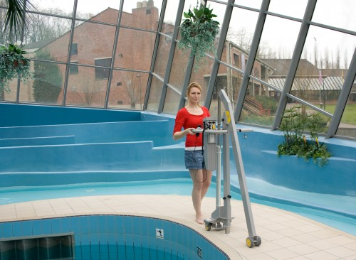 Handi-Move - In and out of the pool - Mobile Pool Lift with the assistance of a caregiver - Mobile pool lift